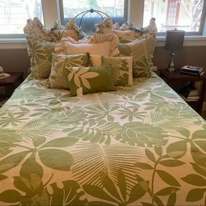 Beautiful Queen Bedding and art New condition